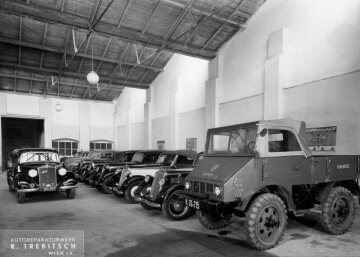 Showroom of Mercedes-Benz agent Trebitsch in Vienna, the photo was taken in 1952 in the foreground a Unimog U25, model series 2010 on the right