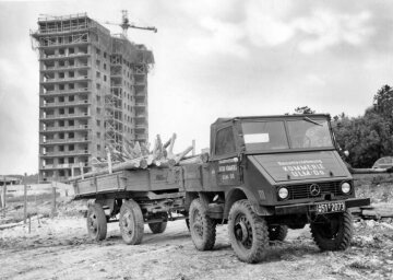 Unimog U25, model series 401 with trailer transporting building material