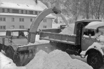Unimog, model series 406 with Schmidt snow blower implement VF-3Z clearing and loading snow, 1973