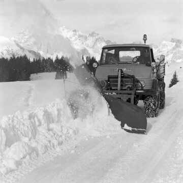 Mercedes-Benz Unimog model U 84/406 with a Schmidt-side-mounted snow blower model S 3 driven by a power take-off shaft, 1970.