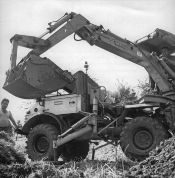Unimog, model series 406 with Klaus excavator attachment in earthwork operations