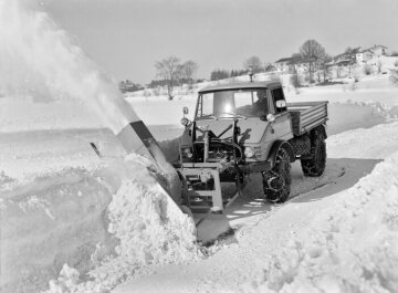 Unimog, model series 406 with side-mounted snow blower in winter road maintenance