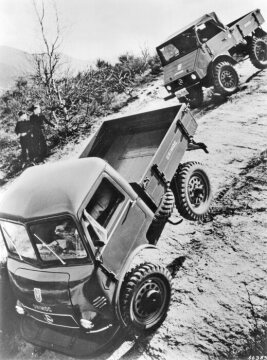 Unimog U25, model series 401 with open and enclosed cab during a demonstration in off-road terrain