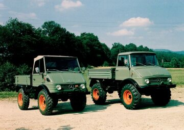 Unimog of model series 421 (left) and 406 (right)