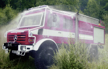 Unimog U5000, model series 437.4 forest fire engine with THT body and activated self-protection system, used in the Czech Republic