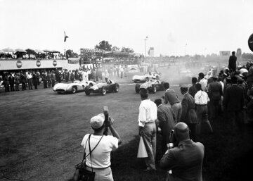Start of the Italian Grand Prix on 5th September 1954 in Monza. The streamlined cars are once again put into action on the high-speed track. The first row is shared by Fangio in Mercedes-Benz, Moss in Maserati and Ascari in Ferrari, once again racing for his former team. The three engage each other in an exciting contest. Ultimately, Juan Manuel Fangio wins in the W 196, Hans Herrmann is fourth.
