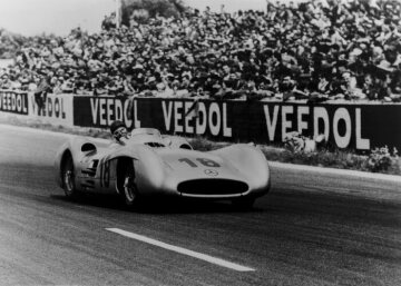 Winner Juan Manuel Fangio (start number 18) in the Mercedes-Benz W 196 R Formula One racing car with streamlined body.