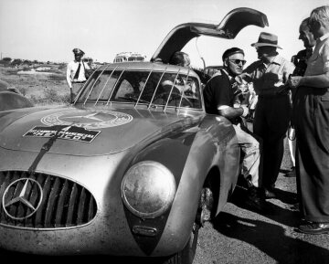 In 1952, Mercedes-Benz returns to racing. The brand enjoys great success with the 300 SL sports prototype in 1952, among others the victory at the 24 Hours of Le Mans and the double victory at the Carrera Panamericana in Mexico (photo), the toughest long-distance race of any type in the world. Later, steel bars were added to protect the windscreen from the elements and animals after the car of the Kling/Klenk team had hit a vulture.