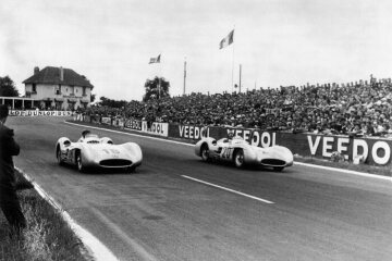 Karl Kling and Juan Manuel Fangio deliver a thrilling duel for fans of the French Grand Prix, with the lead constantly changing back and forth. The two competitors from the same racing stable frequently speed along wheel to wheel.