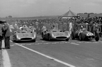 The eventual winner Juan Manuel Fangio (number 18) and second-placed Karl Kling (number 20), both in Mercedes-Benz W 196 R Formula One racing cars.