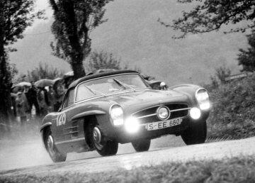 I. Schorndorfer mountain race (Gottlieb-Daimler-Bergpreis), 16 October 1960 Winner Eberhard Mahle (start number 128) in the Grand Tourisme class with a Mercedes-Benz 300 SL Roadster touring sports car (W 198 II).