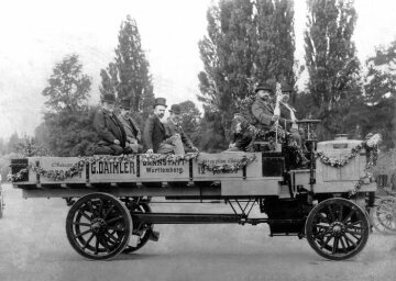 Daimler truck with a payload of 5000 kg in the Bois de Boulogne following an exhibition in Paris, 1898. On the left: Gottlieb Daimler, fourth from the left: Wilhelm Maybach