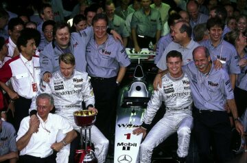 After 43 years a racing car with a Mercedes-Benz engine clinched the World Championship. 1998 Formula One world champion Mika Häkkinen with his team and senior management from Daimler-Benz AG.