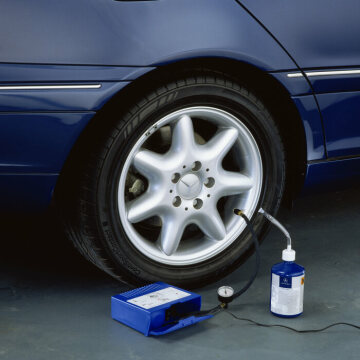 Mercedes-Benz C-Class 203 series, Elegance Puncture repair: The TIREFIT tire repair system is supplied as standard with the C-Class and contributes to weight savings, as there is no need to carry a spare wheel any more.