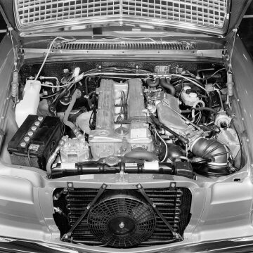 The M 110 engine of the Mercedes-Benz 280 E / 280 CE with light alloy cylinder head and D- Jetronic, from the years 1971 to 1976.
