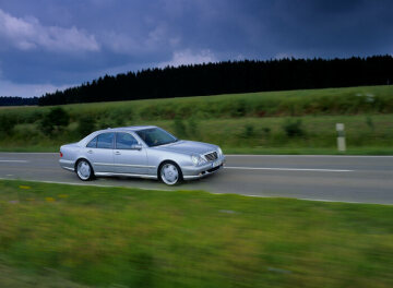 In 1997 AMG presents the newly developed 5.5 litre, eight-cylinder engine with 260 kW/ 354 hp, three-valve technology and twin ignition. Initially the M 113 provides superb drive in the E 55 AMG, but within a short while the engine – with slightly altered performance parameters – also powers other AMG high-performance vehicles, such as the ML 55 AMG, SL 55 AMG, S 55 AMG, CL 55 AMG and the G 55 AMG. With 255 kW/347 hp and 510 Newton-meter of torque it even provides unparalleled dynamic handling at the highest level for the compact models C 55 AMG, CLK 55 AMG coupe and cabriolet as well as the SLK 55 AMG.