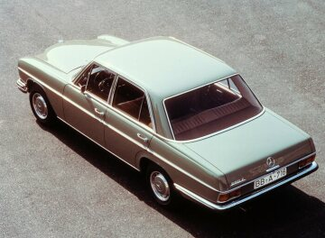 Mercedes-Benz 280 E  114 series, 1972 The external distinguishing feature of the 280 / 280 E series 114 is the rear bumper extending to the wing.
