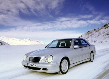 From 2000 the universal 5.5 litre V8 engine is also used in the large coupe CL 55 AMG and in the E 55 AMG with four-wheel drive 4MATIC as sedan and T-Model.