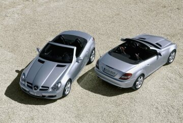 The new SLK Class offers a choice of two engine variants: the SLK 200 KOMPRESSOR developing 120 kW/163 hp and the SLK 350 with 200 kW/272 hp.