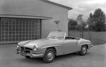 The Mercedes-Benz 190 SL in the basic version is initially available only as a roadster. The jacking points on the sides are not even covered yet.