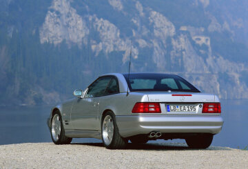 In 1999 the most powerful roadster in the world at that time was launched on the market: the Mercedes-Benz SL 73 AMG set new records with its 7.3-litre V12 engine, 386 kW/525 hp performance and 750 Newton-metre torque.
