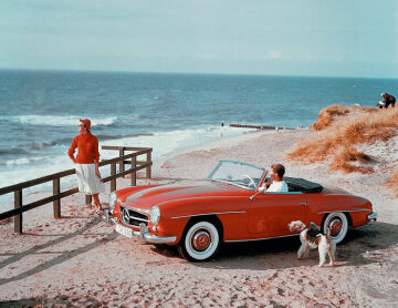 Contemporary advertising photo of the 1950s depicting the Mercedes-Benz 190 SL Roadster on the German holiday island Sylt in the morning sun. The 190 SL quickly finds its status- and design-conscious public as an elegant and reliable dream car.