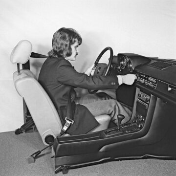 Safety research at Daimler-Benz, 1973 Original arrangement of seat, automatic safety belt, instrument panel and steering wheel using the example of the Mercedes-Benz model series 114, 115.